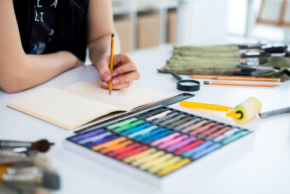 Giz pastel seco e pastel oleoso: quais as diferenças? - Grafitti Artes