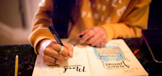 Descubra a diferença entre bullet journal, planner e scrapbook e confira quais são os materiais básicos para decorar seu próprio caderno.